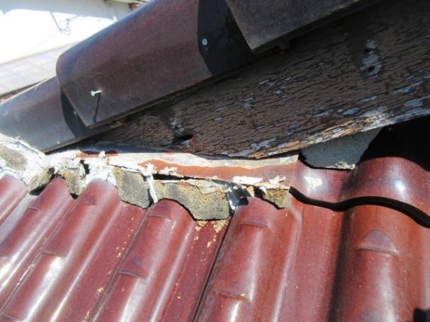写真:破風板と瓦の隙間