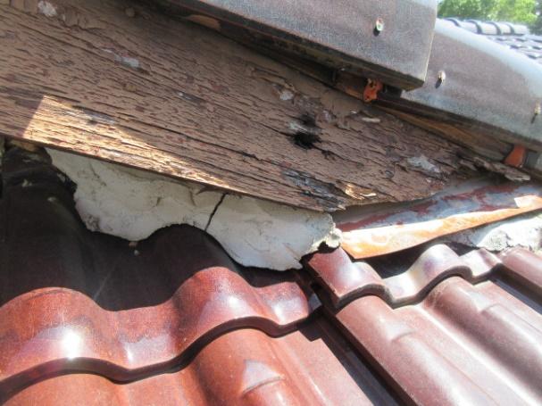 写真:破風板の腐食と板金の不具合