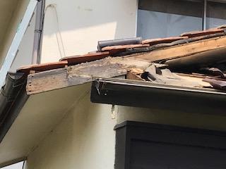 写真:腐食した破風板を除去