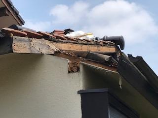 写真:屋根下地を一部切断