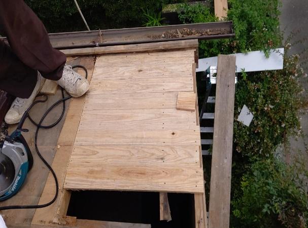 写真:屋根下地の再生工事