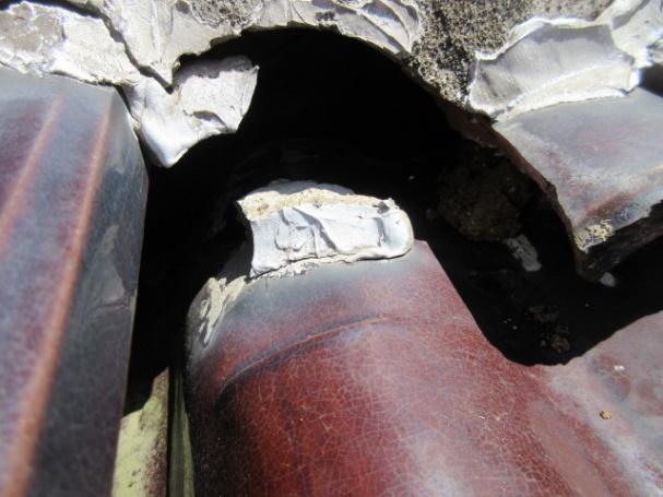 写真:瓦とモルタルの剥がれ