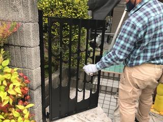 写真:玄関門扉塗装