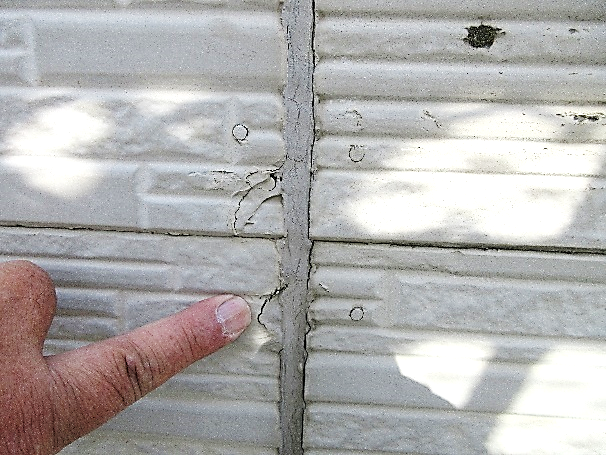 写真:ベランダ外壁の劣化