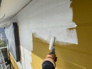 写真:下塗り施工中
