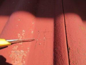 カッターで塗膜に傷をつける
